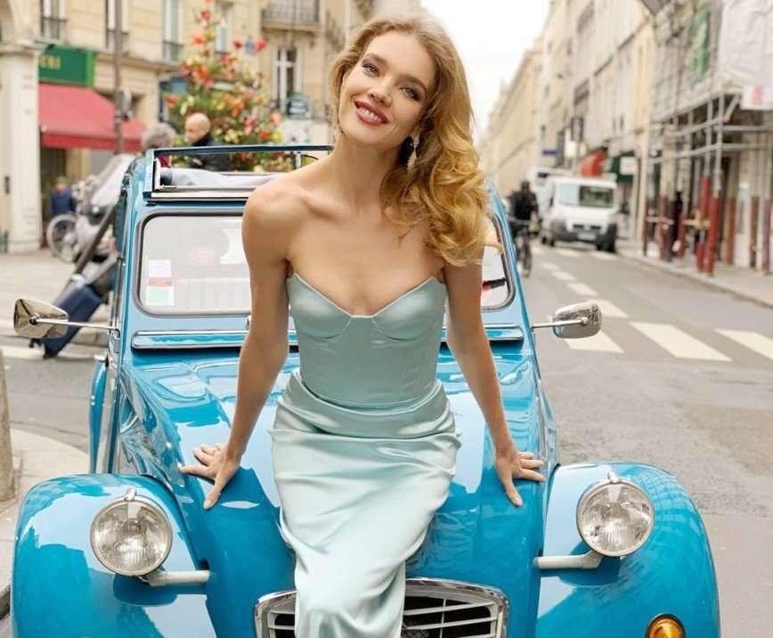 Мал золотник, да дорог: 10 знаменитостей, которые не стесняются небольшой груди