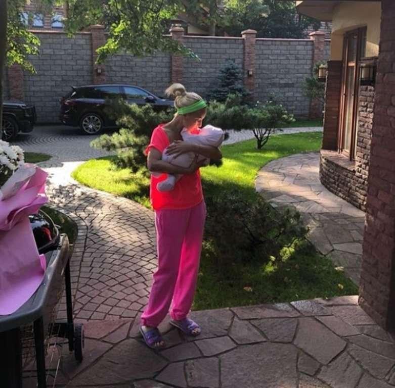 Заботливый папа: Лера Кудрявцева показала прогулку мужа с дочкой