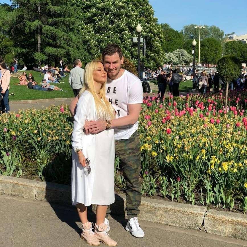 «Лерочка расцвела»: муж Кудрявцевой показал ее снимок с большим животом