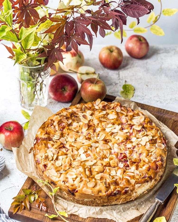 Для пятничного ужина: ароматный яблочный пирог с миндальными лепестками