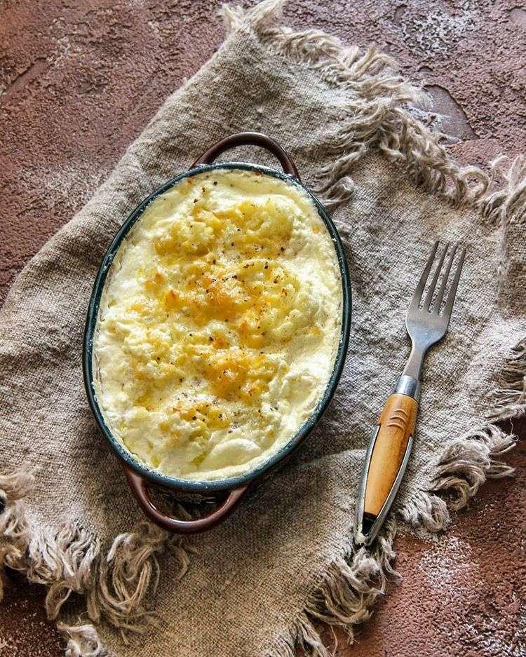Сытно, вкусно и полезно: рецепт запеченной цветной капусты со сливками и сыром