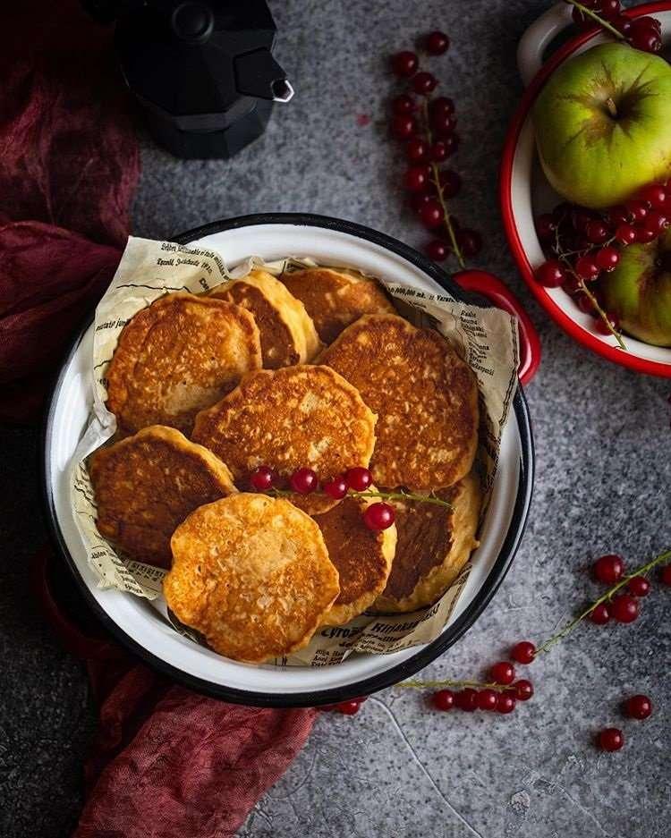 Прекрасный завтрак! Почему стоит приготовить пышные яблочные оладьи