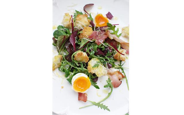 Теплый салат с яйцом и беконом