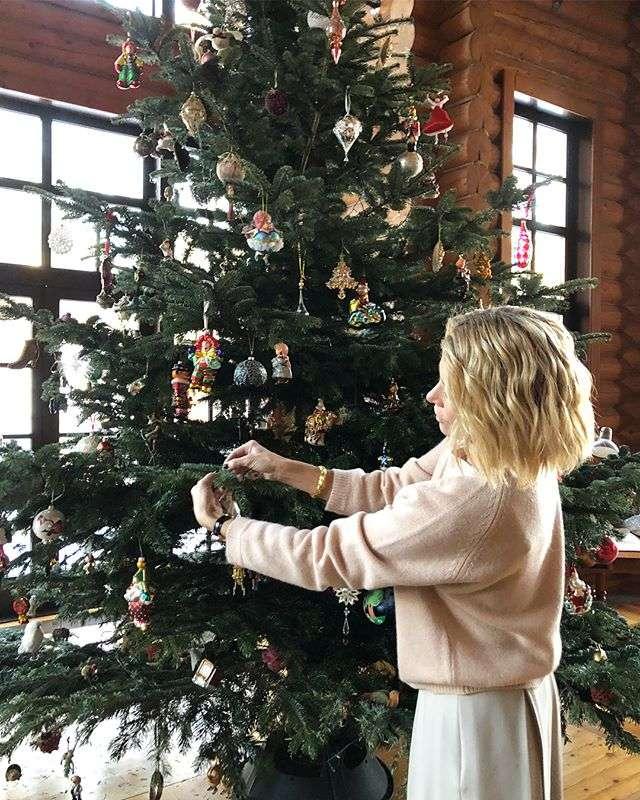 Юлия Высоцкая несколько часов наряжала новогоднюю ёлку