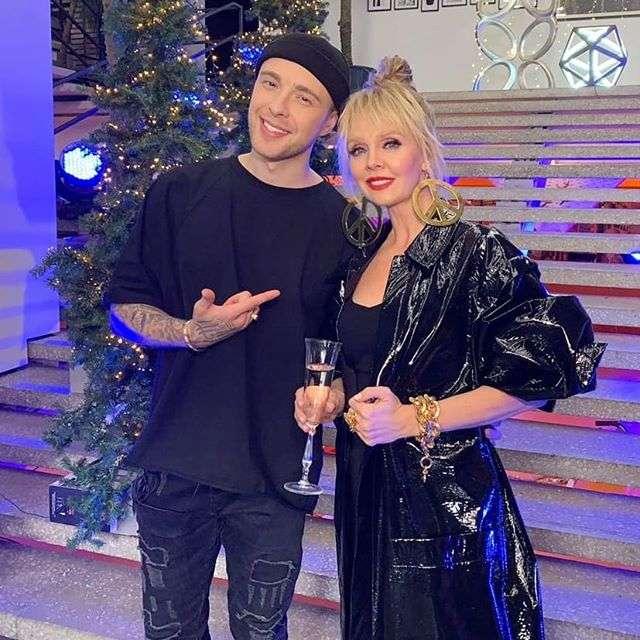 Озорная Валерия: певица показала неожиданный новогодний образ