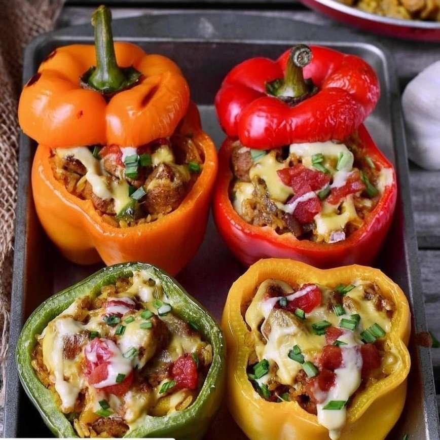 Вегетарианское блюдо: перец, фаршированный овощами
