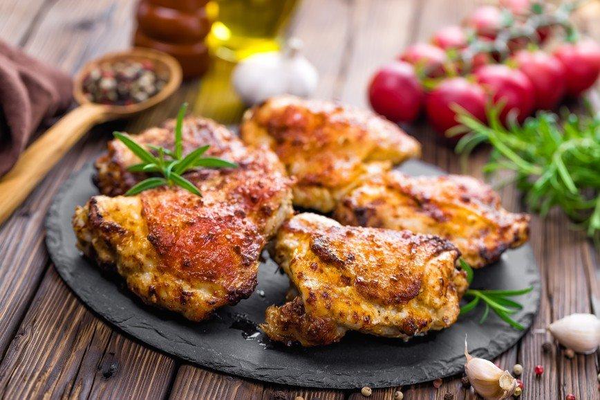 Нежно и вкусно: готовим ароматные куриные бедра с грибами и овощами