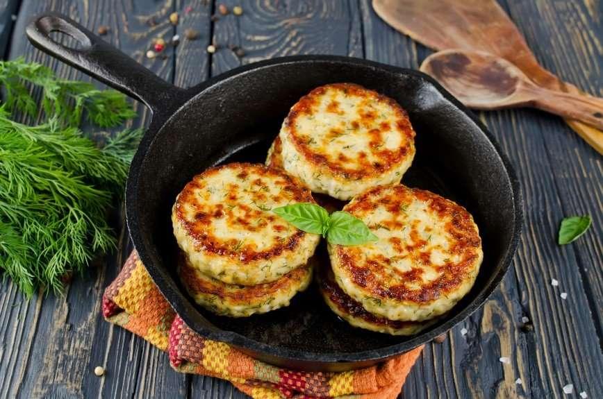 Необычные и вкусные котлеты, запеченные в духовке с картофелем